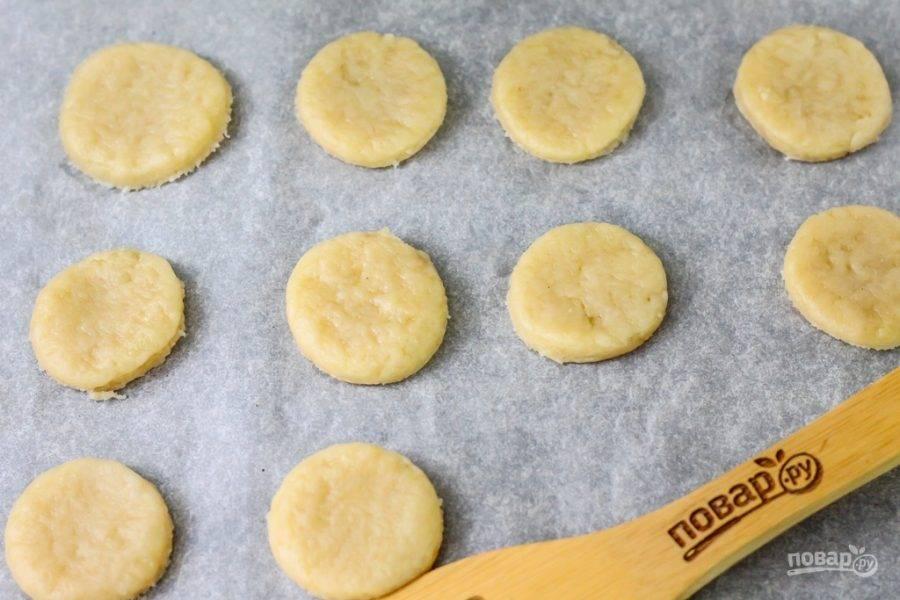 Разогрейте духовку до 200 градусов. Застелите противень пергаментной бумагой и выложите на него заготовки. Поместите противень в духовку на 10-15 минут.