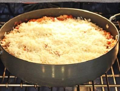 10. Присыпать тертым сыром и отправить форму в духовку минут на 35-40 минут.