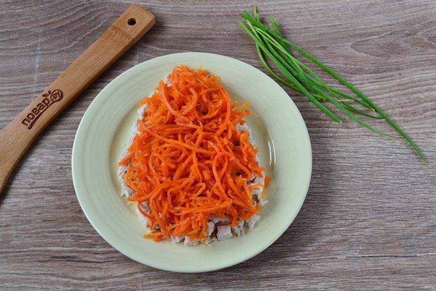 3. Следующим слоем выложите морковь по-корейски.