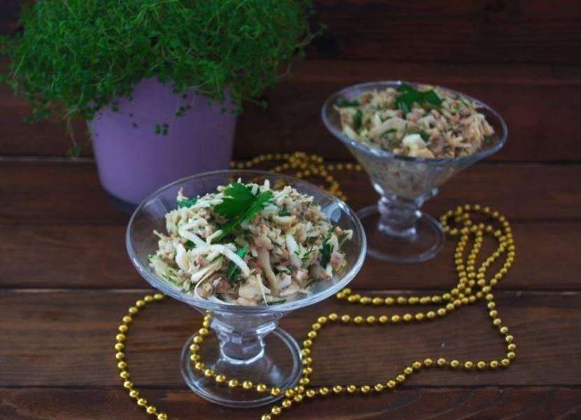 Подайте салат к столу. Можно использовать необычную посуду: креманки, чашки. Так салат смотрится еще более интересно.