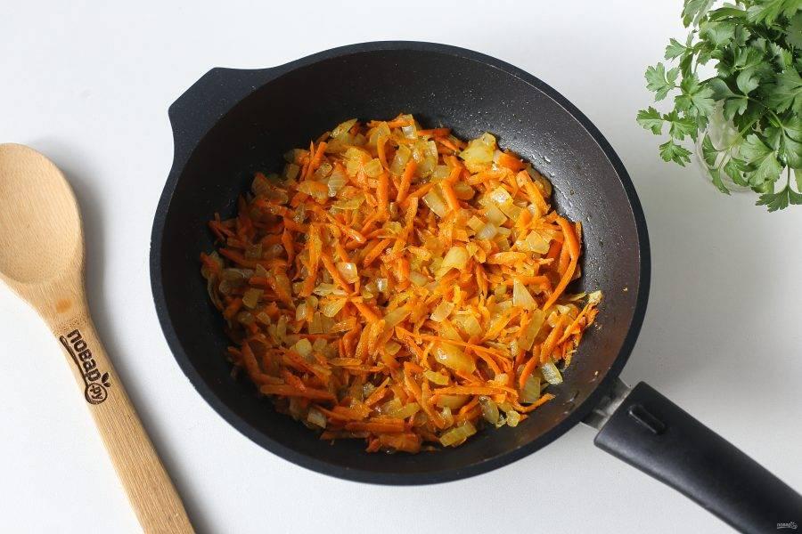 Оставшуюся морковь и лук обжарьте на сковороде до мягкости.