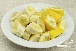 Лимон (прямо с кожурой) и бананы (очищенные от кожуры) нарезаем на весьма крупные кусочки.