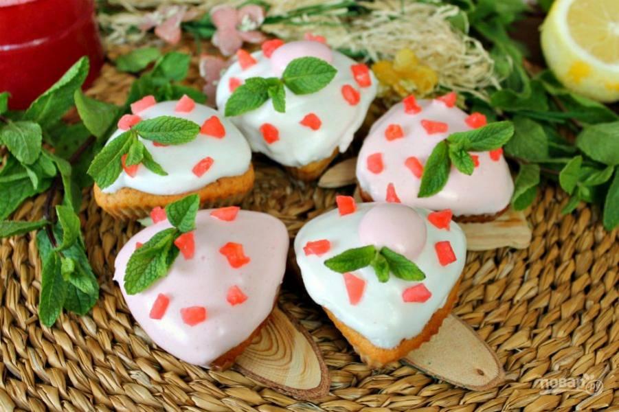 У меня подготовлены небольшие куличики, которые выпекались в формах для кексов. Глазурь на куличиках можно посыпать цукатами, перед подачей дополнить свежими листочками мяты. Угощайтесь!