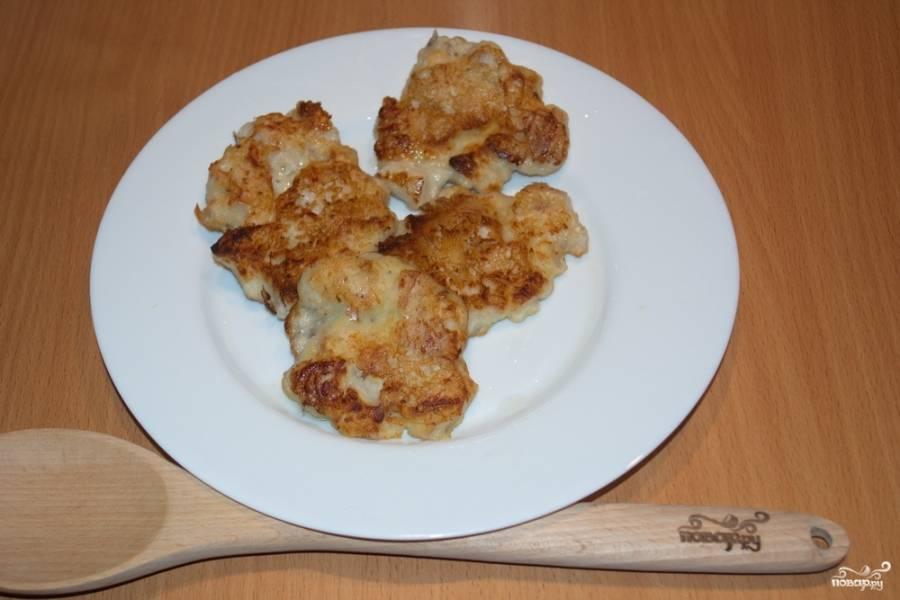 """На растительном масле обжарьте оладушки, выкладывая тесто на сковороду столовой ложкой. Делайте оладьи плоскими, чтобы мясо успело проготовится. Готовить оладьи следует на небольшом огне, чтобы мясо успело """"дойти"""", а тесто не подгорело."""