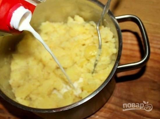Первым делом очистим и отварим картофель, затем приготовим картофельное пюре с добавлением молока и мускатного ореха. Только не делайте пюре слишком нежным.