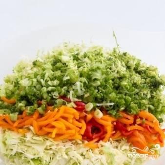 Наконец, добавляем в салат мелко нарезанный зеленый лук.