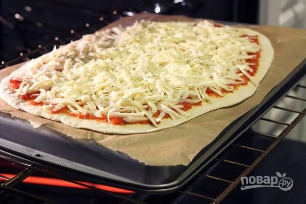 4.Переложите пиццу на противень и отправьте в разогретый до 200-220 градусов духовой шкаф на 10-15 минут.