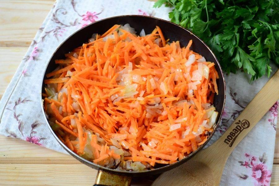 Затем добавьте натертую на крупной терке морковь. Прожарьте на среднем огне пару минут, а затем накройте сковороду крышкой и готовьте на медленном огне 10 минут.