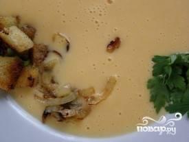 Теперь нужно разлить суп по тарелкам, украсить зеленью и луком. Можно приступать к поеданию! Приятного аппетита!