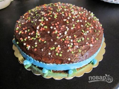 Украсьте торт с «Нутеллой» по своему вкусу, например, сахарными звездочками и мастикой.
