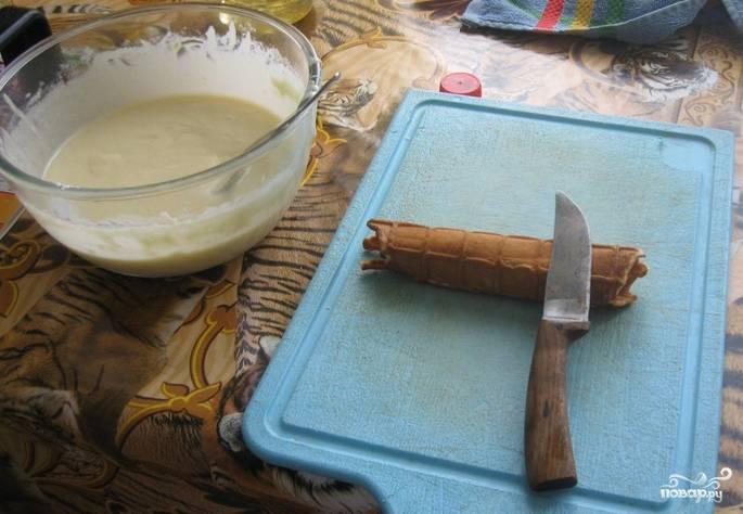 Смажьте вафельницу маслом, влейте 2-3 ст.л. теста и приготовьте вафли. Пока вафли горячие, я сразу же скручиваю их в трубочки.