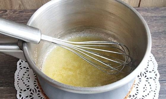 Теперь займитесь соусом. В сотейнике растопите масло. Добавьте к нему муку и быстро перемешайте.