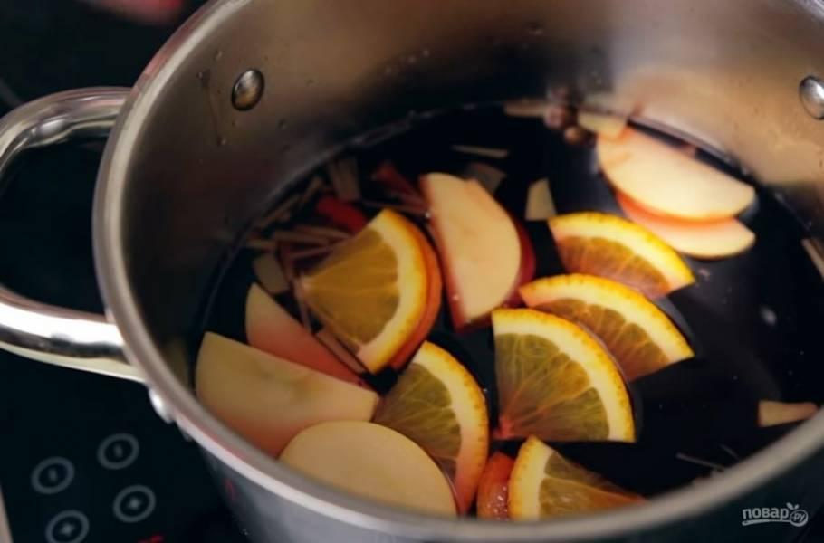 3.  Затем добавьте сок, нарезанные фрукты и цедру лимона. Хорошо прогрейте, снимите с огня и дайте постоять под крышкой примерно 20 минут.