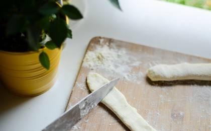 Тесто слегка прижать пальцами и порезать на одинаковые кусочки.