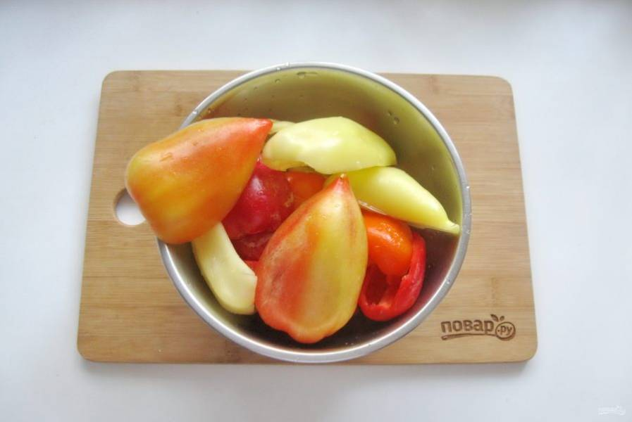 Перец помойте, очистите от семян и обрежьте белые внутренние перегородки.