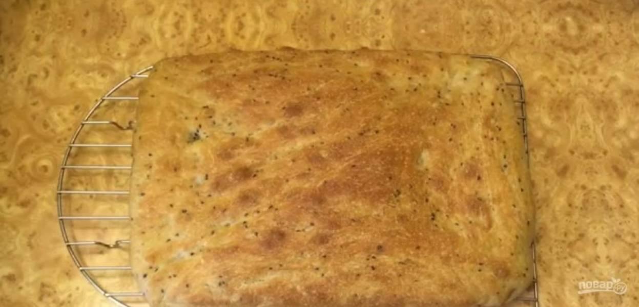 6. Накройте тесто крышкой и оставьте при комнатной температуре на 30-60 минут. Выпекайте хлеб в разогретой до 200 градусов духовке 20 минут при закрытой крышке и еще 25 минут, открыв крышку формы.