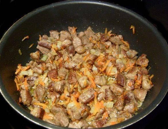 1. Обжарим на растительном масле сначала мелко нарезанное мясо, а затем добавим измельченные лук и морковку.