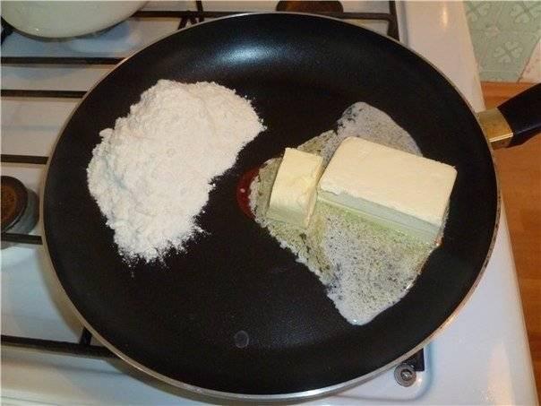 """3. Теперь нам нужно залить свинину соусом """"Бешамель"""". Делаем его так: на сковороде обжариваем муку со сливочным маслом. Масса должна получиться без комков, поэтому постоянно помешивайте его на сковороде."""