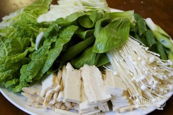 3. Подготовьте все овощи, зелень и тофу. Отправьте в кипящую воду вместе с мясом.