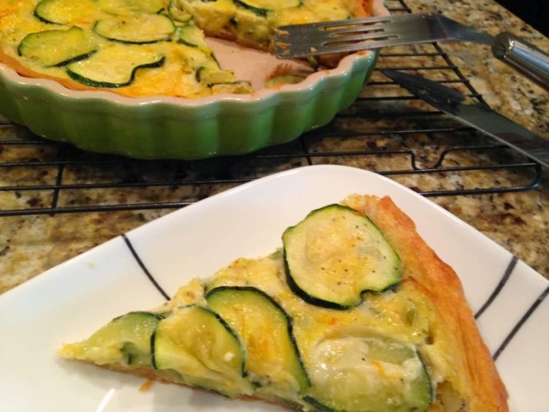 Готовому итальянскому пирогу с кабачками перед подачей на стол даем остыть. Приятного аппетита!