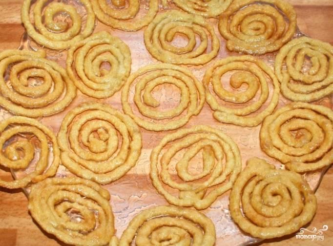 6.Шумовкой положите десерт на салфетку, чтобы убрать остатки жира.