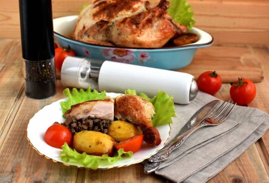 Подавайте курицу, нарезав на порции и распределив равномерно начинку.