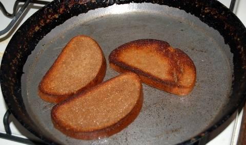 Обжариваем хлебушек на подсолнечном масле с двух сторон.