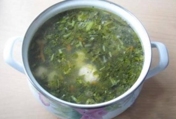 6. Варите еще 5 минут. Добавьте заранее сваренные в крутую, очищенные и разрезанные пополам яйца, дайте супу закипеть, а потом выключите его. Суп со щавелем и фрикадельками готов!
