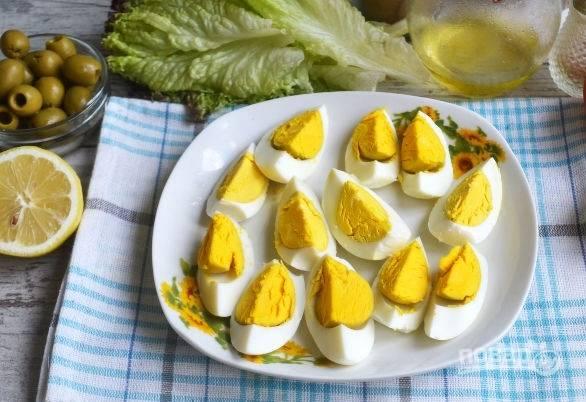 5. Яйца остудите и очистите, нарежьте дольками.