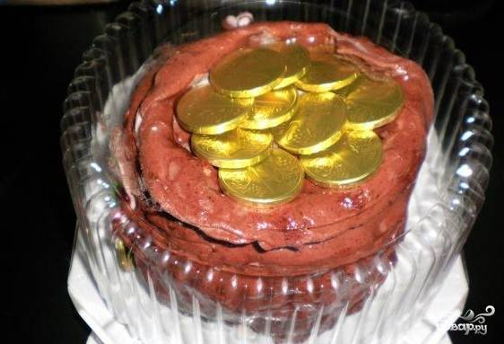 8. Теперь, когда вы узнали, как приготовить торт «Денежный мешок», упакуйте его в коробку для торта — и необычный подарок для именинника готов.