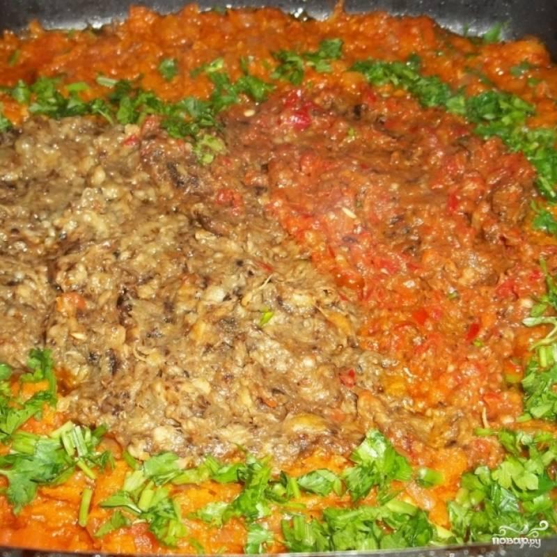 В сковороде смешать овощное пюре, прокрученные через мясорубку баклажаны, добавить нарубленную свежую петрушку. Перемешать и прогреть на среднем огне 3-4 минуты.