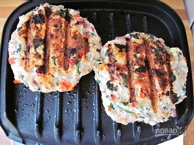 7.Обжарьте котлеты на гриле или на сковороде, только не добавляйте много масла.