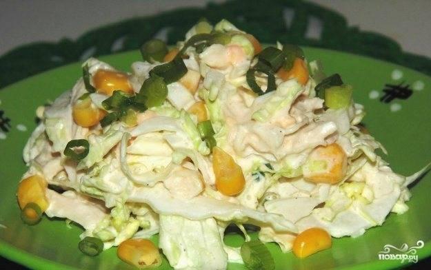 Смешайте все ингредиенты. Не забудьте добавить кукурузу. Заправьте салат солью и майонезом. Приятного аппетита!