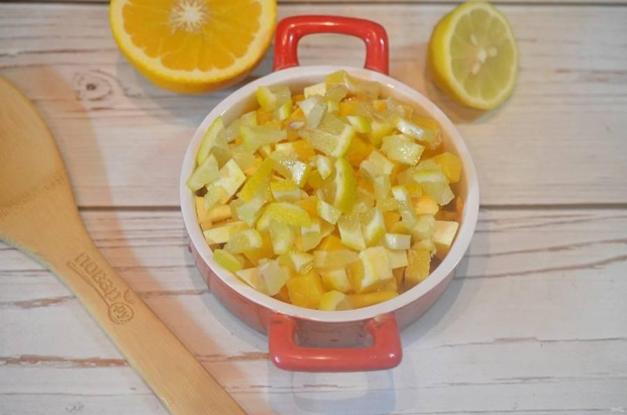 4. Затем выложите апельсин и лимон.