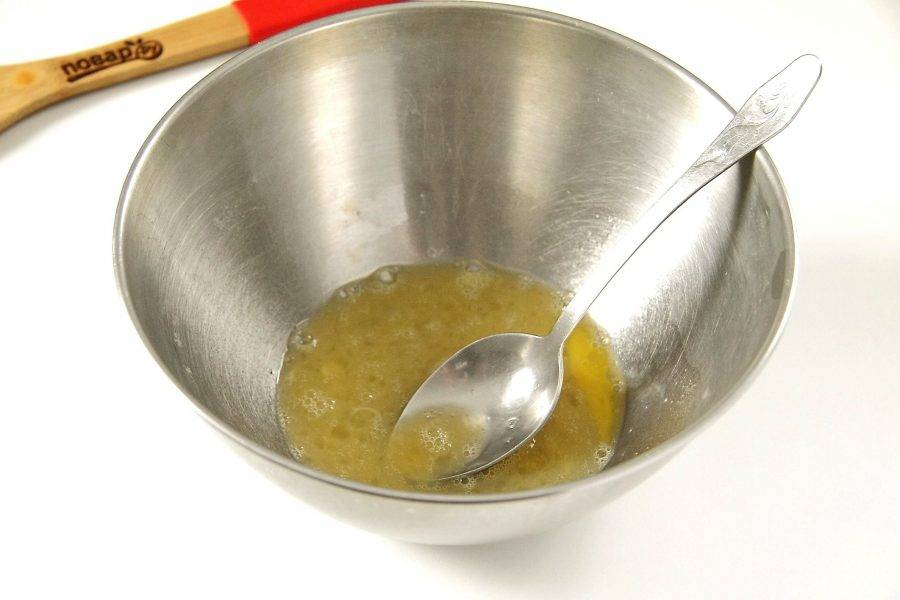 В глубокой миске взбейте яйцо с солью.