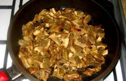 2. После варки их нужно обжарить на растительном масле. Я всегда готовлю их именно так, хотя многие сразу жарят.