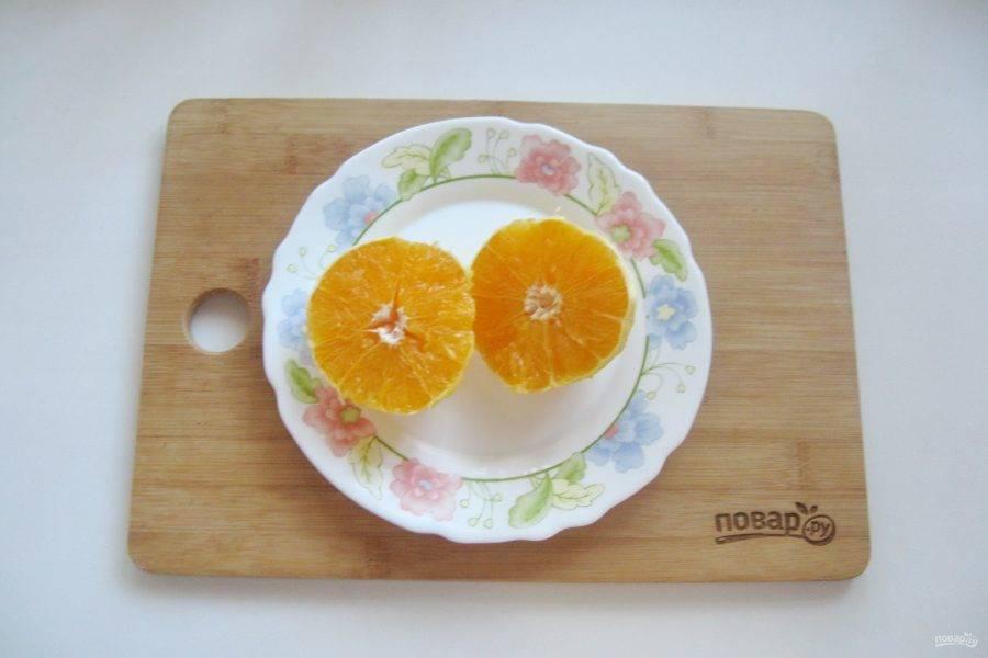 Апельсин помойте, очистите от кожуры и удалите косточки. Мне попался апельсин без косточек.