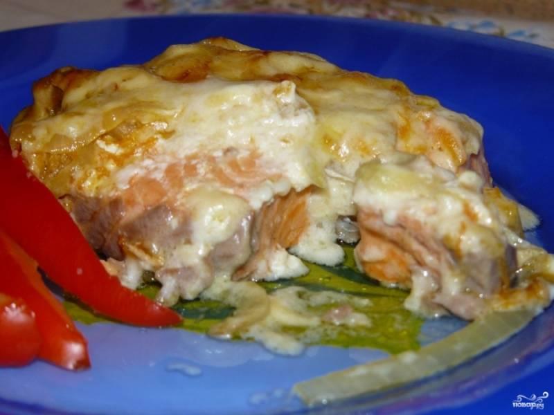 Готовую форель под сливками в духовке подавайте с картофельным пюре, рисом или овощами. Очень кстати будет белое вино. Приятного аппетита!