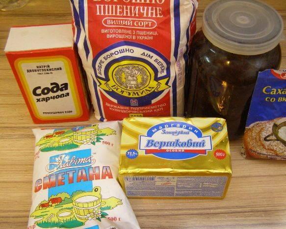 1. Подготовьте продукты для приготовления рогаликов. Самое главное: маргарин должен быть комнатной температуры, чтобы хорошо растирался.
