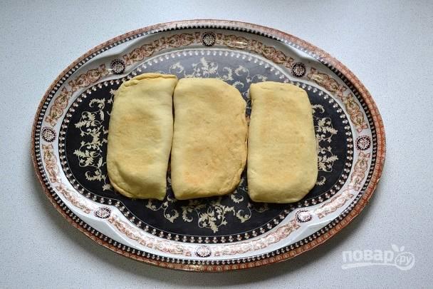 Когда коржи остынут, можно приступать к сборке торта. Выкладывайте по три коржа.