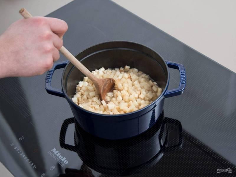 3. В это время займитесь пюре. Сельдерей нарежьте кубиками. Отправьте их с маслом в сотейник. Влейте овощной бульон. Варите сельдерей после закипания в течение 15 минут.