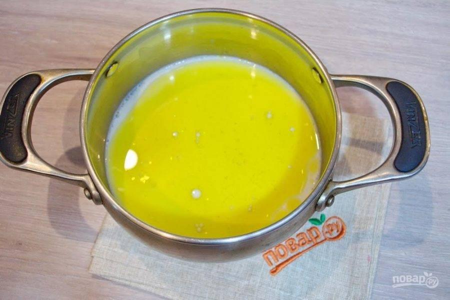 1. 250 мл молока подогрейте в кастрюльке на огне. Добавьте 4 ст. ложки растительного масла, 4 ст. ложки сахара и 1 ч. ложку соли. Размешайте. Дайте остыть немного. Температура жидкости должна быть такой, чтоб вы могли в ней удержать палец. Для тех, у кого есть термометр- 40 градусов.