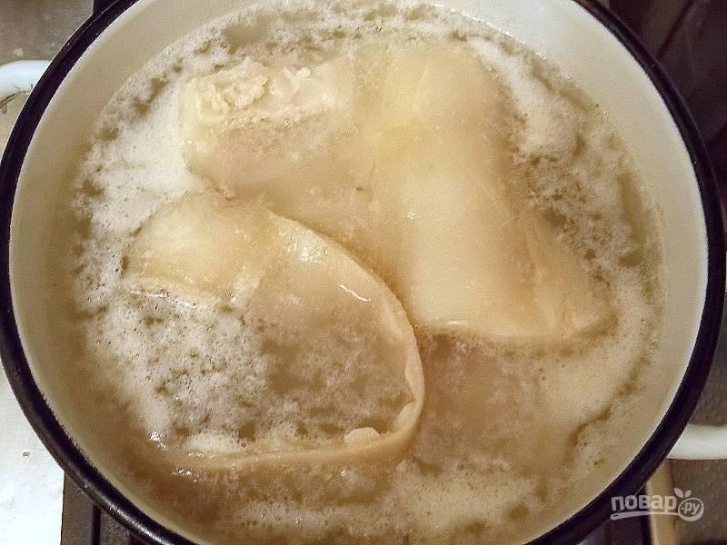 Свиные шкурки промойте, почистите ножом (верх) и уложите в кастрюлю. Залейте водой, доведите до кипения и варите пять минут. Затем слейте воду и сполосните шкурки чистой водой.