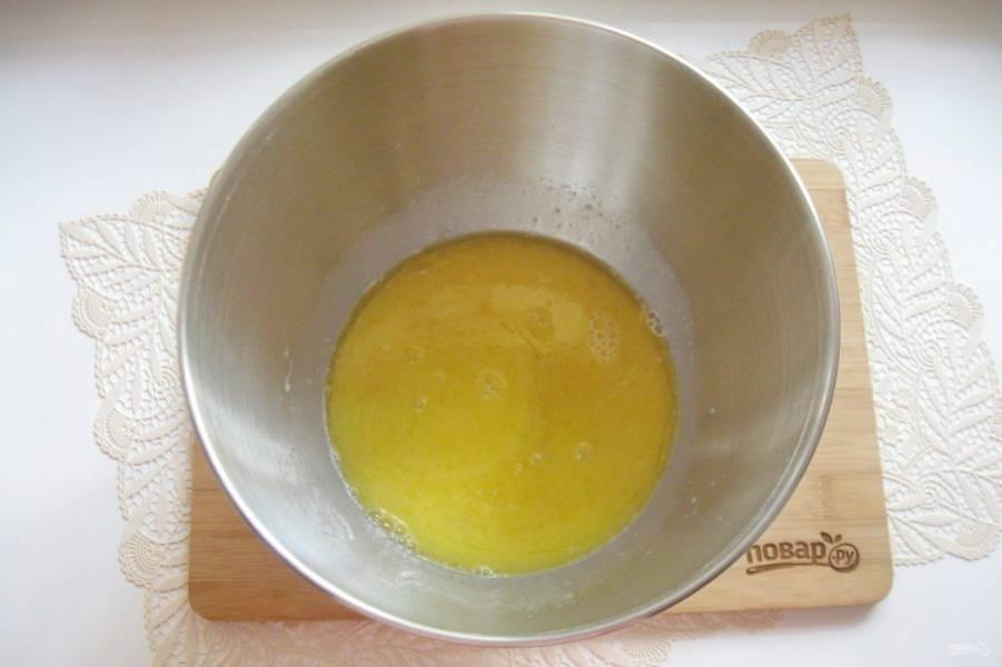 Растопите сливочное масло, немного охладите и влейте в молоко с дрожжами, сахаром и солью.