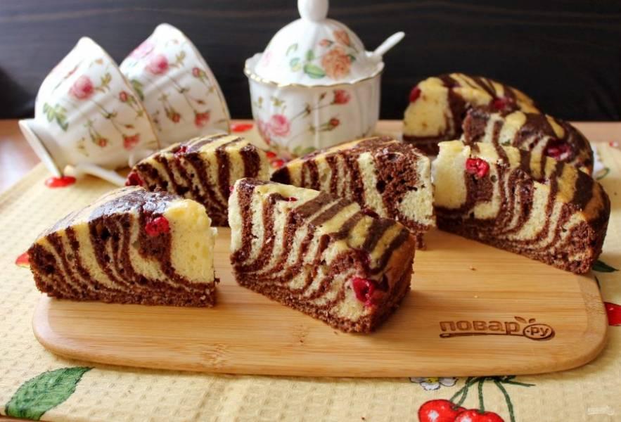 Готовый пирог достаньте из формы, немного охладите, нарежьте и подавайте к столу.