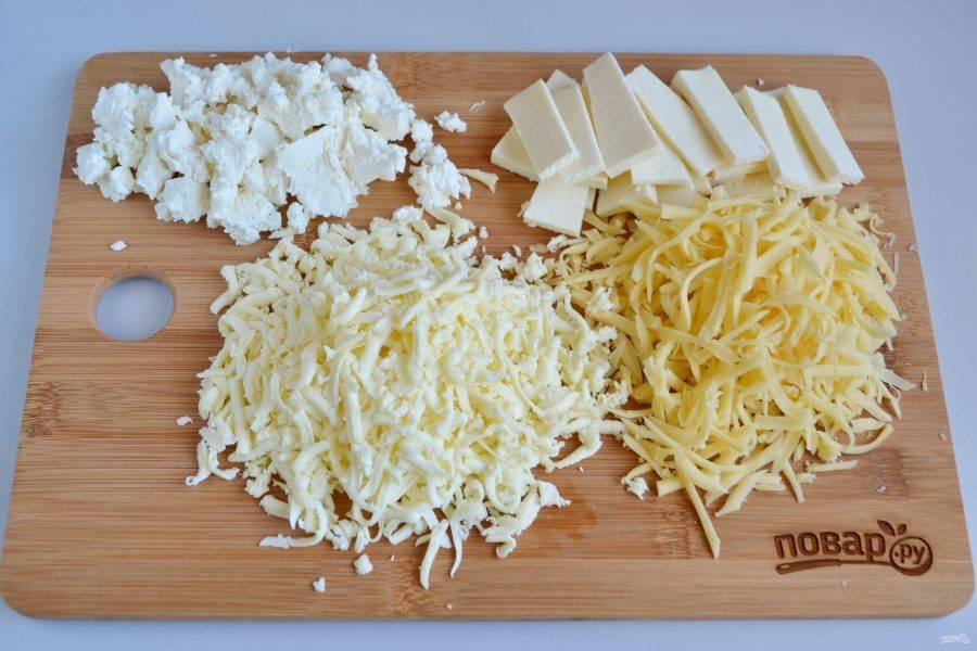 5. Теперь подготовьте начинку: натрите на терке моцареллу и голландский сыр, брынзу порежьте пластинками, фету раскрошите.