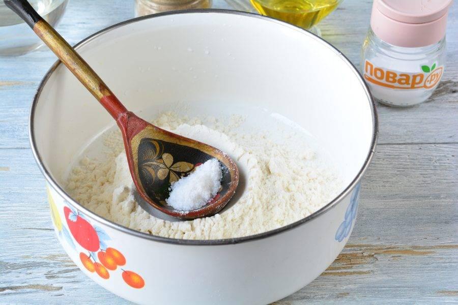 Всыпьте муку в глубокую емкость, добавьте соль по вкусу, примерно 1/2 ч.л.