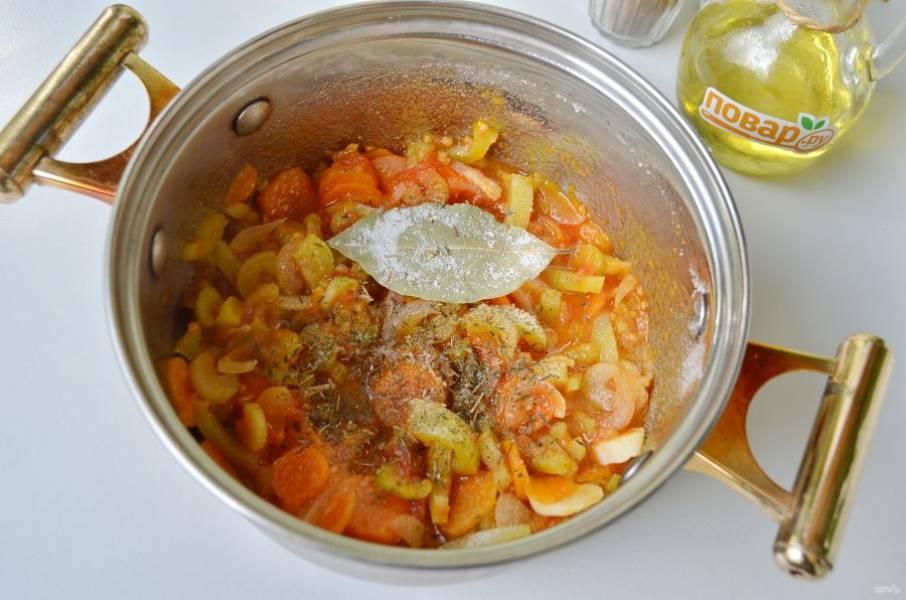 4. Добавьте помидоры к жареным овощам, а также тимьян, соль, сахар, лавровый лист, перец черный молотый и красный чили. Тушите 4-5 минут.