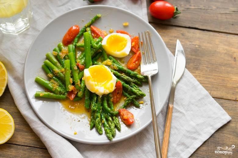 Обжарьте все вместе еще несколько минут, а затем снимите с плиты. Выкладываем на тарелку спаржу, сверху распределяем зажарку. Украшаем салат вареными яйцами. Приятного аппетита!