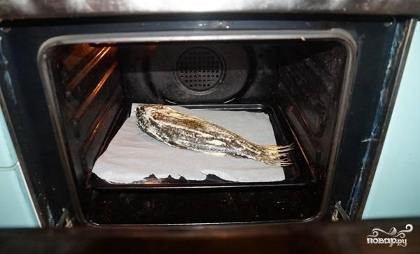 4. Противень застелите пергаментом или фольгой и смажьте растительным маслом. Выложите рыбку и отправьте в духовку на 20 минут. После аккуратно достаньте и переверните на другой бок, чтобы она как следует подрумянилась.